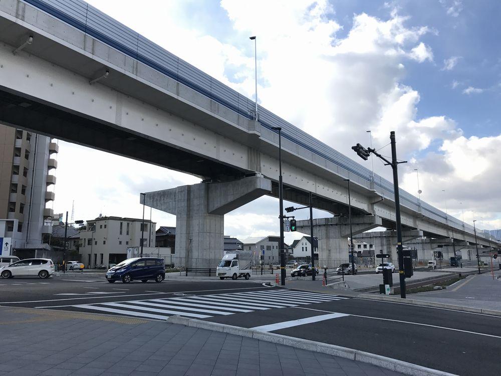 江波を分断する道路