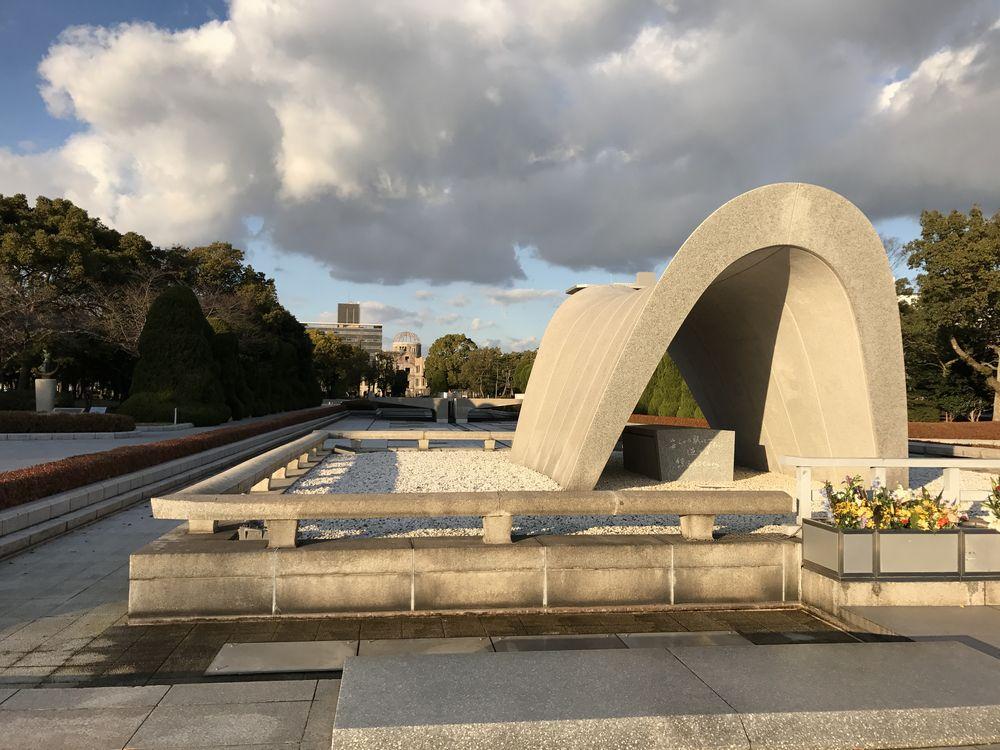 平和記念公園の原爆死没者慰霊碑1