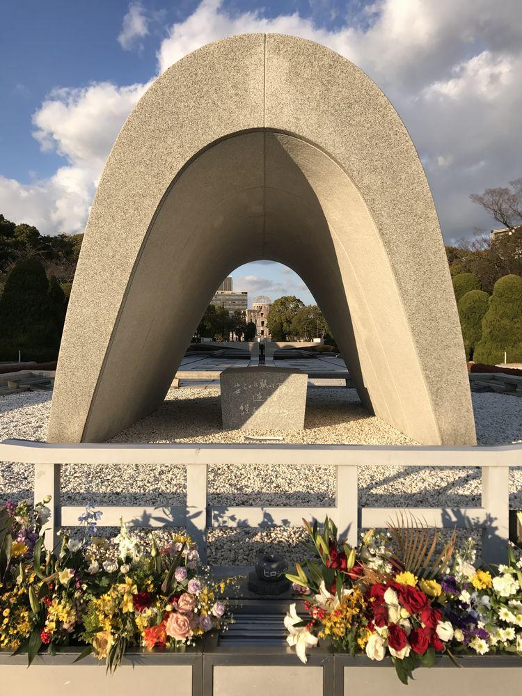 平和記念公園の原爆死没者慰霊碑2