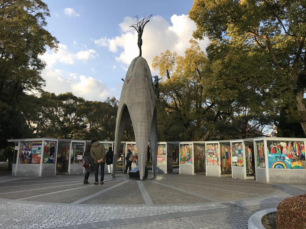 「原爆の子の像」と折り鶴1