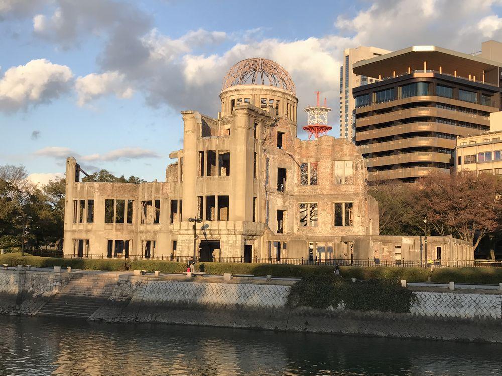 夕日に照らされた原爆ドーム