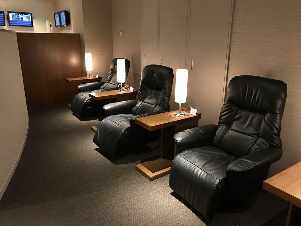 広島空港のラウンジもみじ内部の椅子