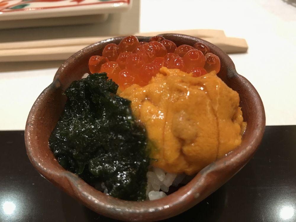 鮨処ひと志のウニ、いくら、生海苔の三色丼
