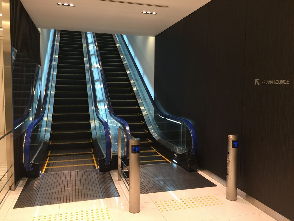 羽田空港のANAラウンジへのエスカレーター