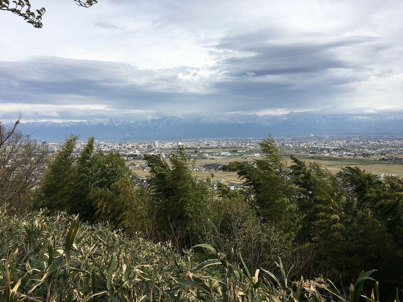 白鳥城址から富山城の方向