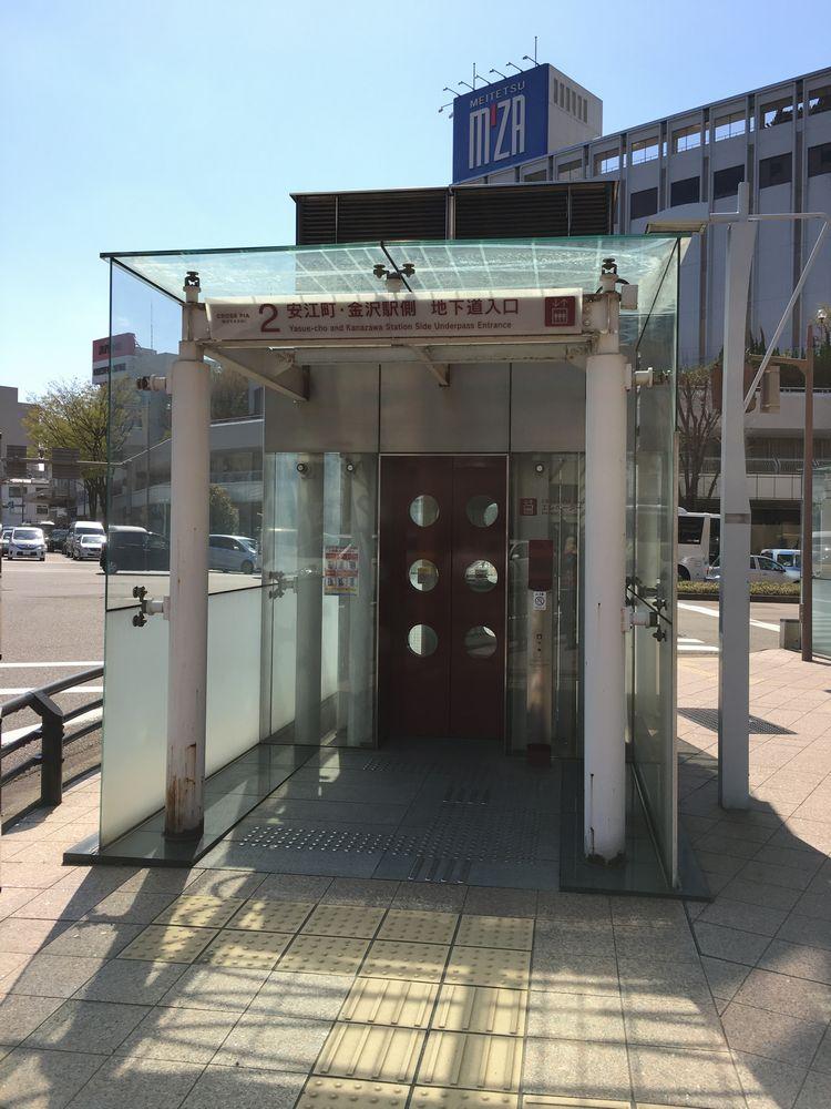 武蔵ヶ辻の地下道へのエレベーター