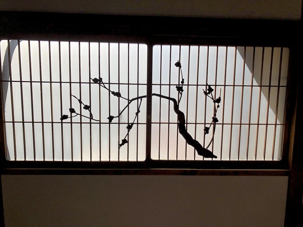 鳳明館森川別館の梅の装飾が施されたガラス戸