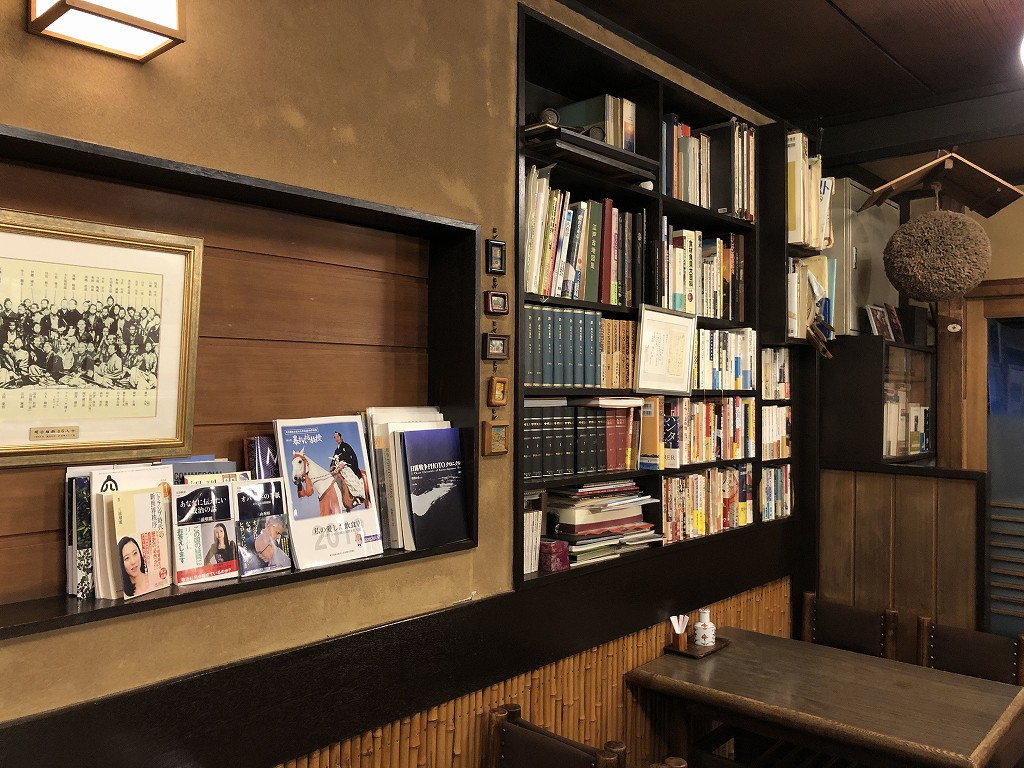 本郷の喜鮨の本棚1