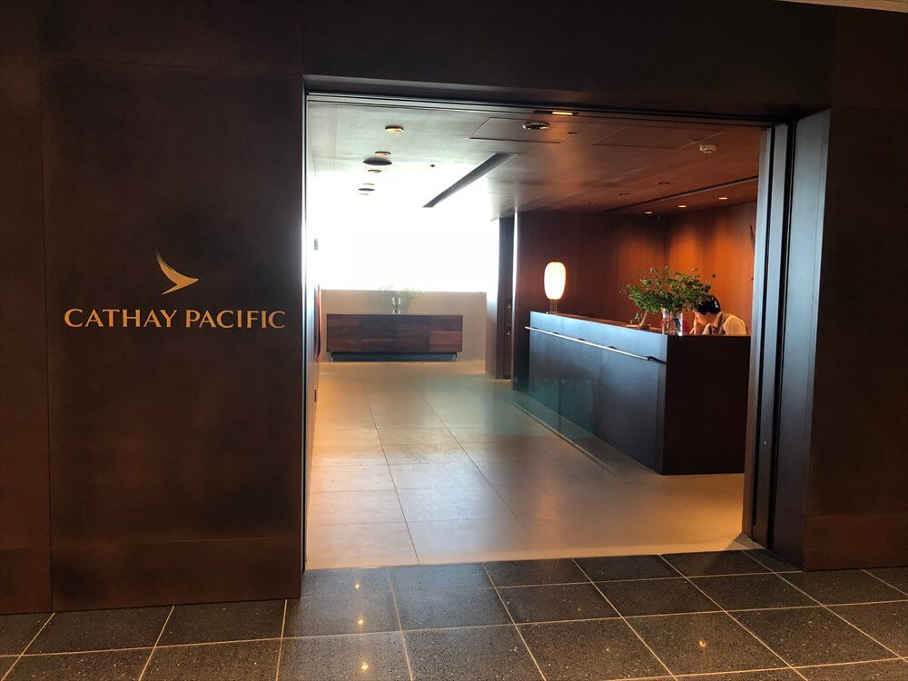 羽田空港のキャセイパシフィック航空ラウンジの入口