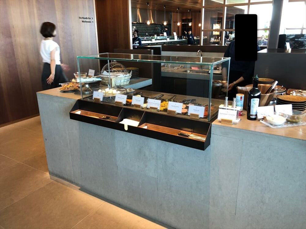 羽田空港のキャセイパシフィック航空ラウンジのつまみコーナー1
