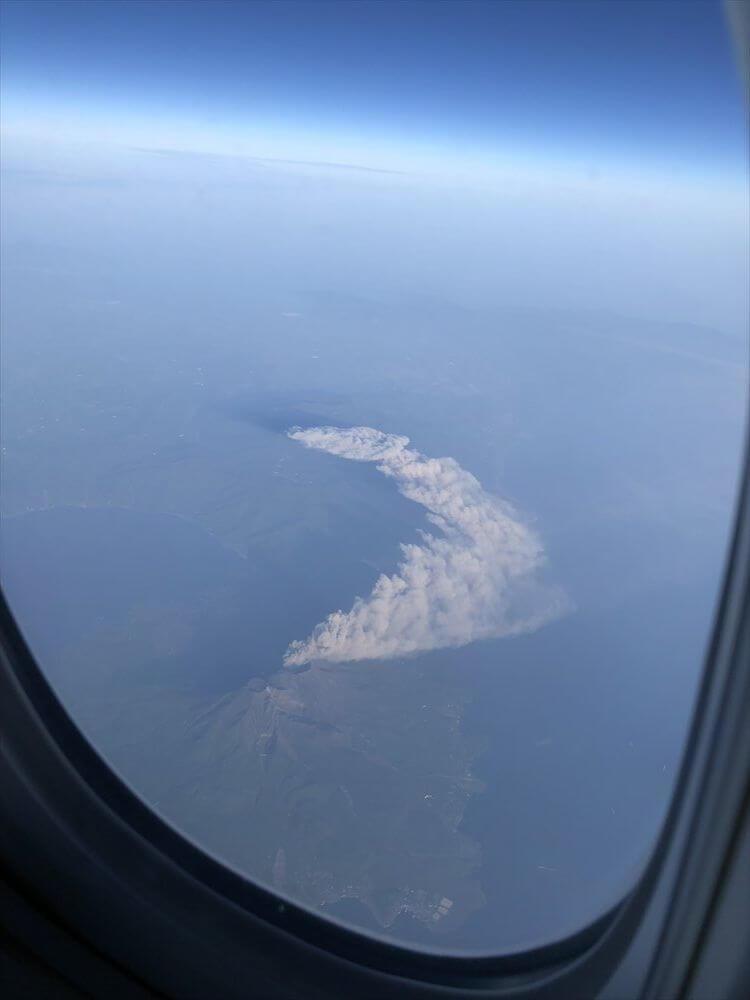 キャセイパシフィック航空(CX549)から見た霧島山の噴煙