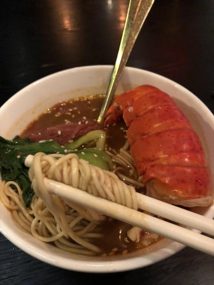 香港のDragon Noodles Academyの龍肉湯麺(LOBSTER TAIL IN SOUP NOODLES)2