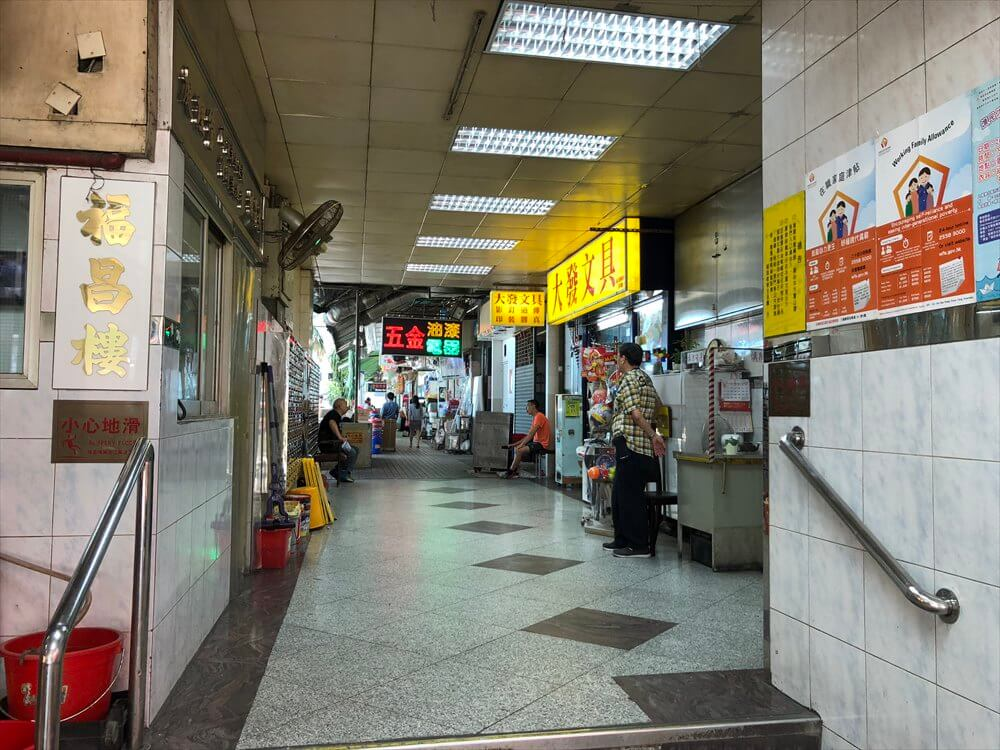 香港島のモンスターマンションの中庭への通路