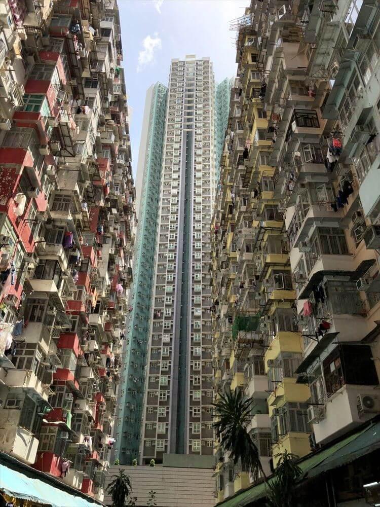 香港島のモンスターマンションの中庭からの写真