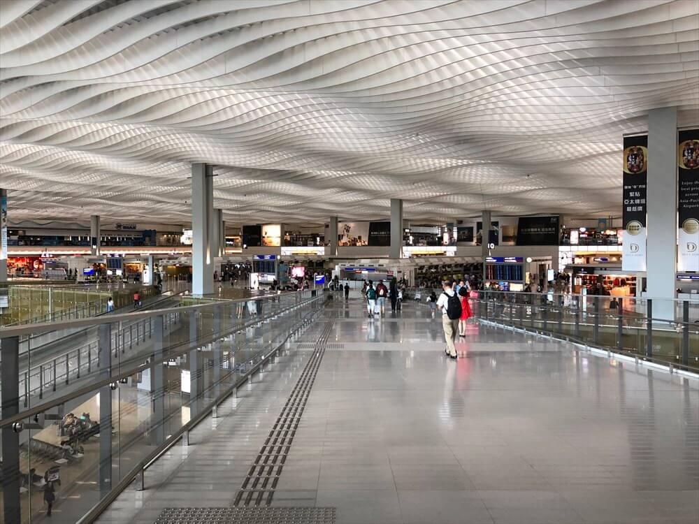 香港国際空港の第2ターミナルの航空会社カウンターフロア