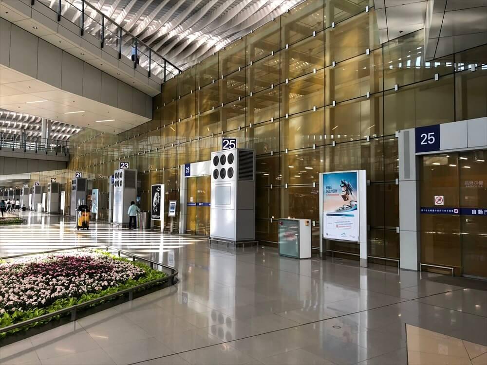香港国際空港の第2ターミナルのシャトルバス乗り場