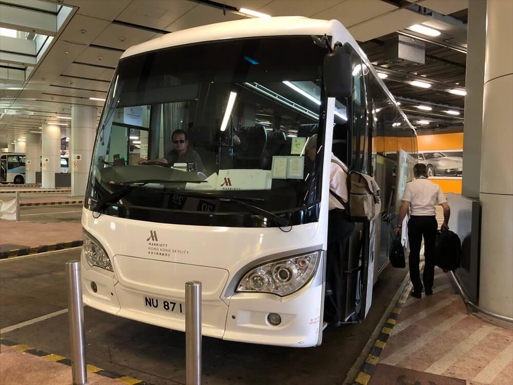 香港国際空港の第2ターミナルのマリオットホテル行きのシャトルバス