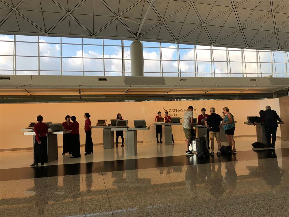 香港国際空港のキャセイパシフィック航空のファーストクラス特設カウンター