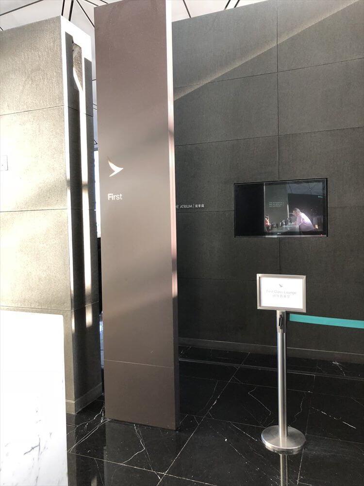 香港国際空港のキャセイパシフィック航空の「THE WING」のファーストクラスラウンジの入口