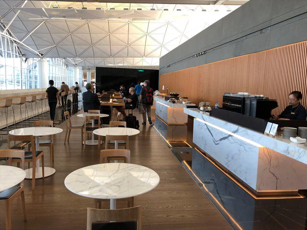 香港国際空港のキャセイパシフィック航空の「THE WING」ラウンジの内観1