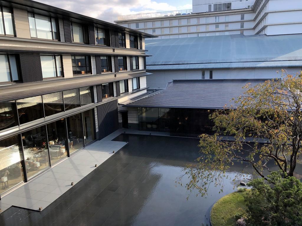 HOTEL THE MITSUI KYOTOの3階の廊下から水盤のある中庭を見下ろす
