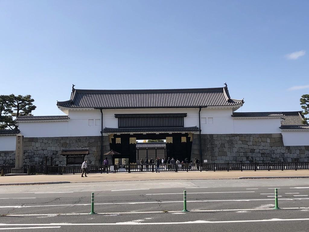 青空を背景に二条城大手門
