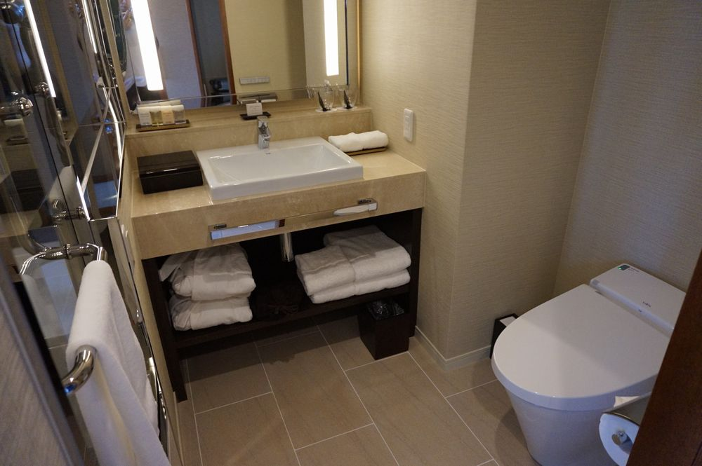 ハイアットリージェンシー那覇沖縄のリージェンシー・クラブ・デラックスツインのトイレと洗面台