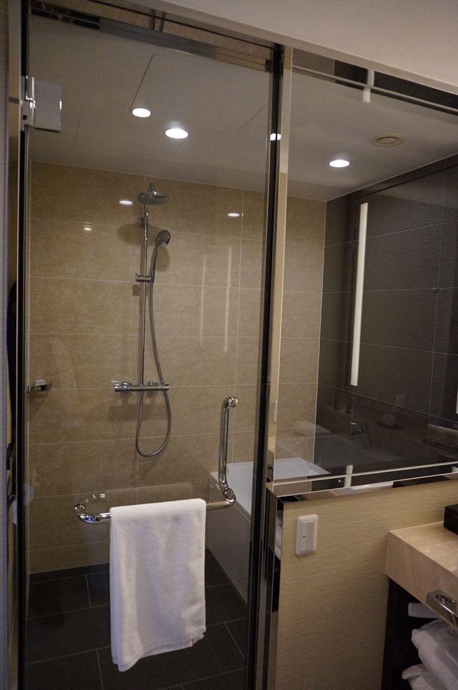 ハイアットリージェンシー那覇沖縄のリージェンシー・クラブ・デラックスツインのシャワーとバスタブ