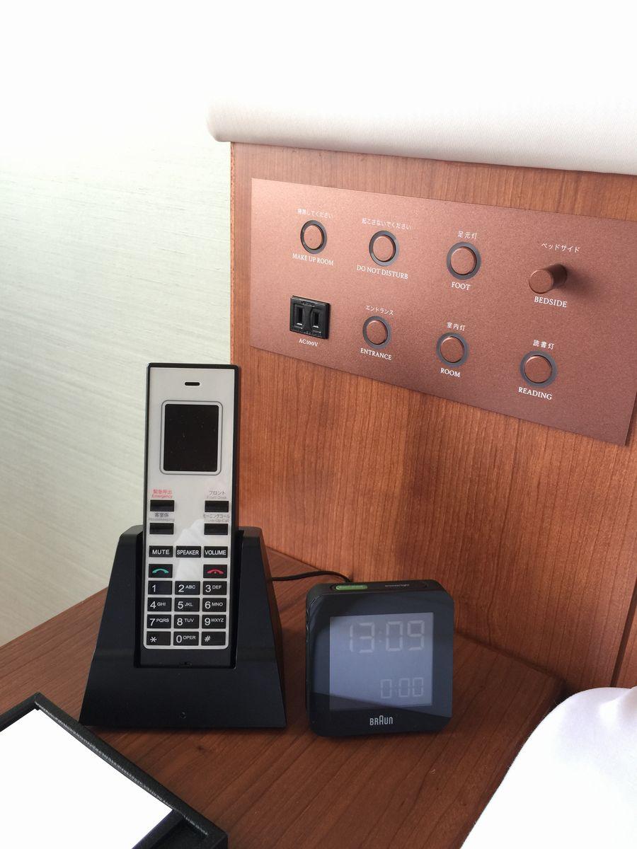 ハイアットリージェンシー那覇沖縄の個人用電話と時計