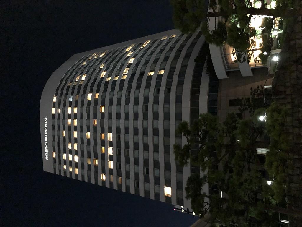 夜のホテルインターコンチネンタル東京ベイの外観