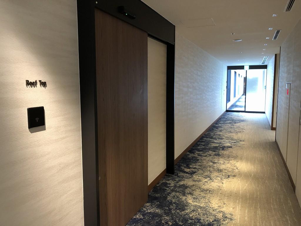インターコンチネンタル横浜Pier8のルーフトップへつながるドア