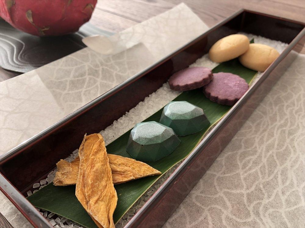イラフSUIラグジュアリーコレクションホテル沖縄宮古のアッパーオーシャンビュールームのウェルカムお菓子
