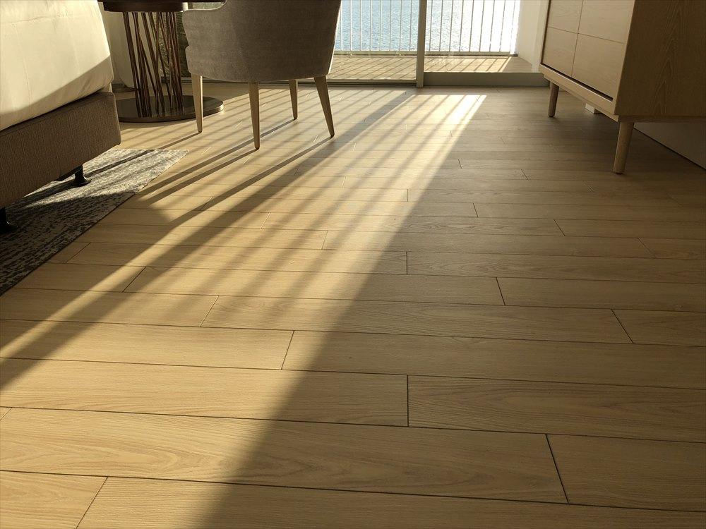 イラフSUIラグジュアリーコレクションホテル沖縄宮古のアッパーオーシャンビュールームの床