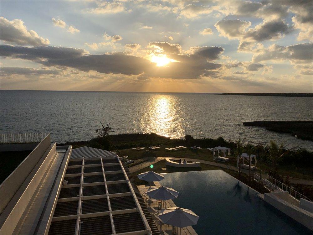 イラフSUIラグジュアリーコレクションホテル沖縄宮古のアッパーオーシャンビュールームからの夕焼け