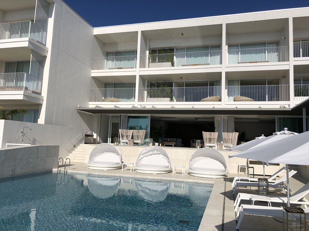 イラフSUIラグジュアリーコレクションホテル沖縄宮古のプールサイドからロビーの撮影
