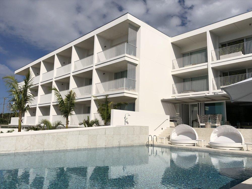 白と青で彩られたイラフSUIラグジュアリーコレクションホテル沖縄宮古