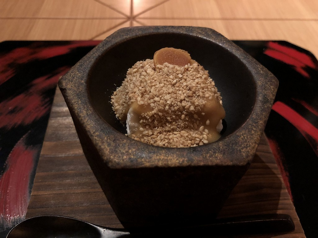 アマネムのダイニングの温かい焼きごま豆腐のカラスミ乗せ
