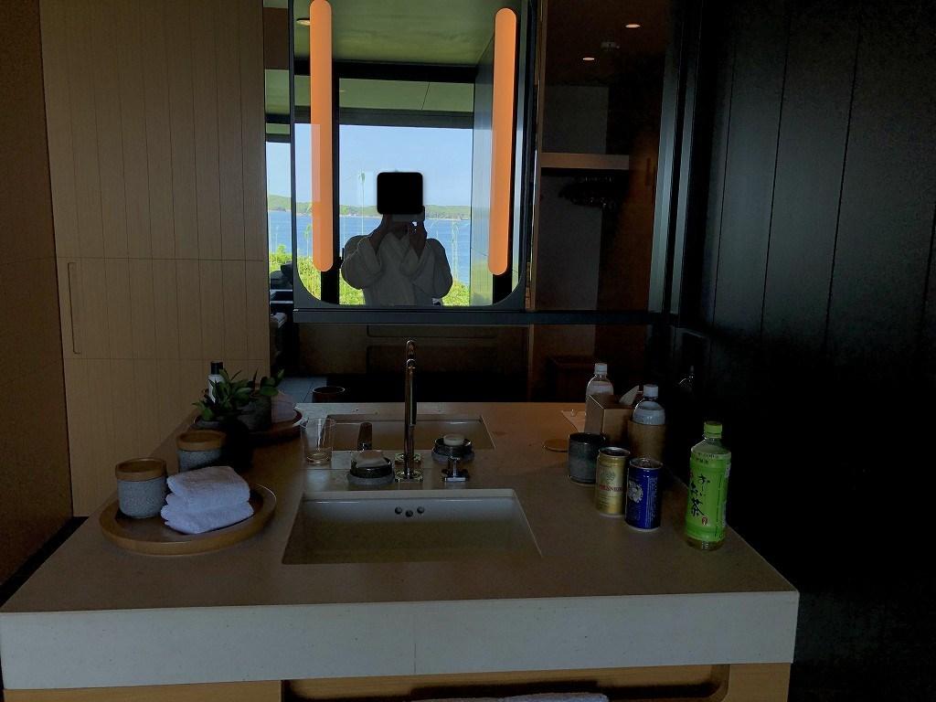 アマネムの洗面台に映る英虞湾
