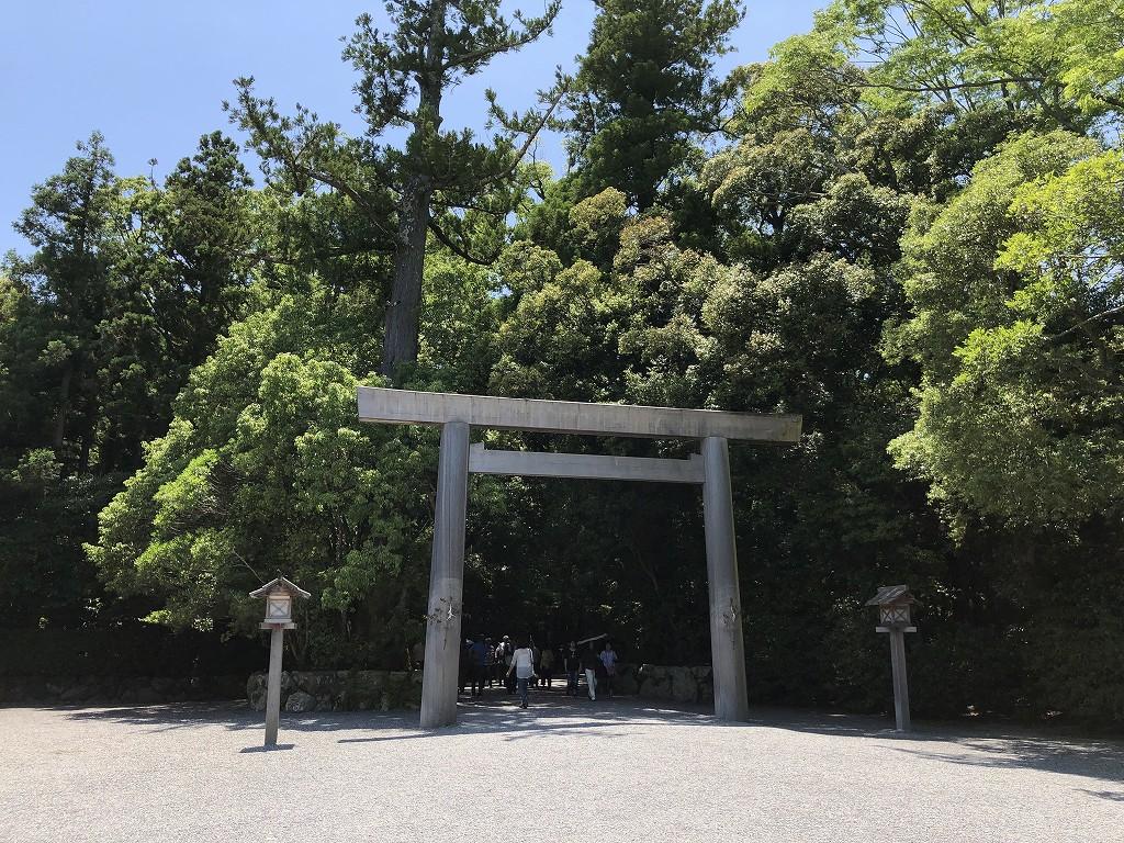 伊勢神宮の外宮の木もれ陽の参道1