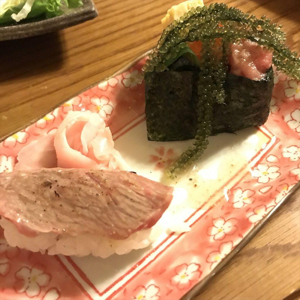 まぐろ専門居酒屋 ひとし本店の石垣牛寿司、まぐろと海ぶどうの軍艦巻き