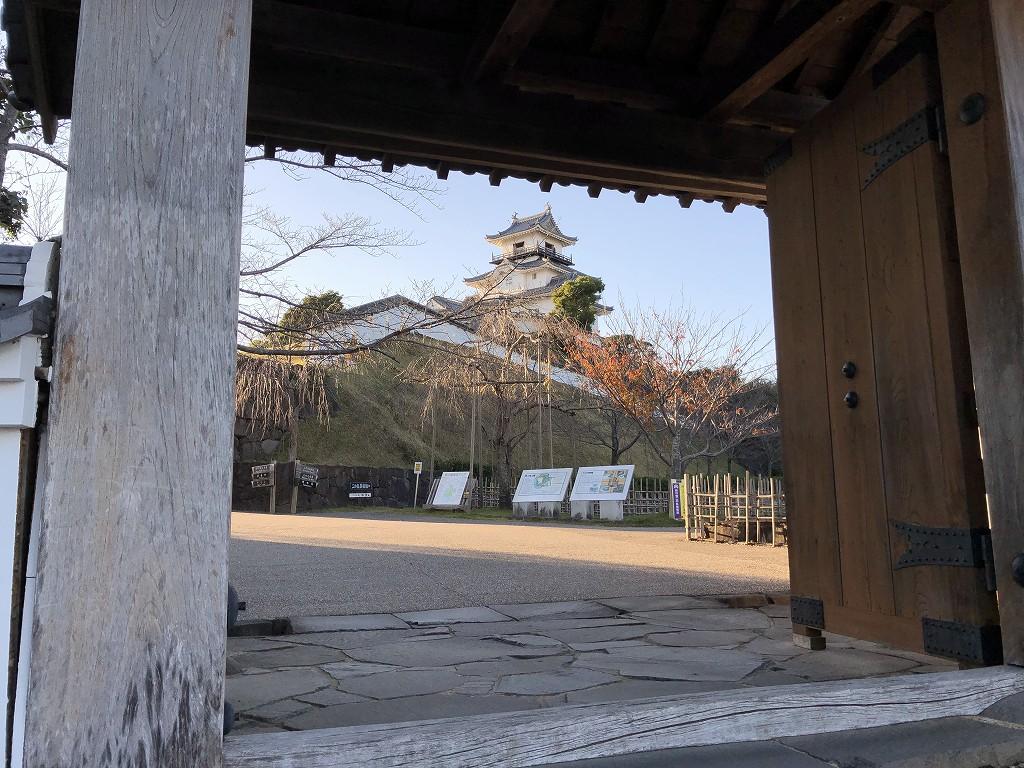 四足門から掛川城の天守閣