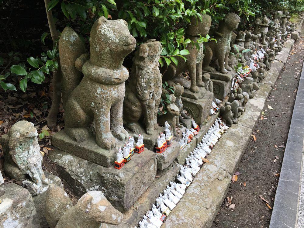 城山稲荷神社内の狐の石像