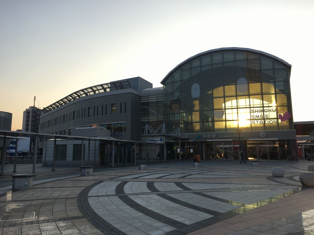 JR高松駅に沈む夕日