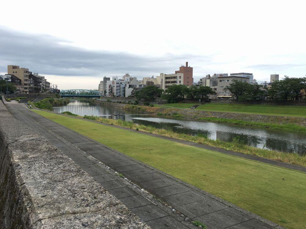犀川河畔の芝生
