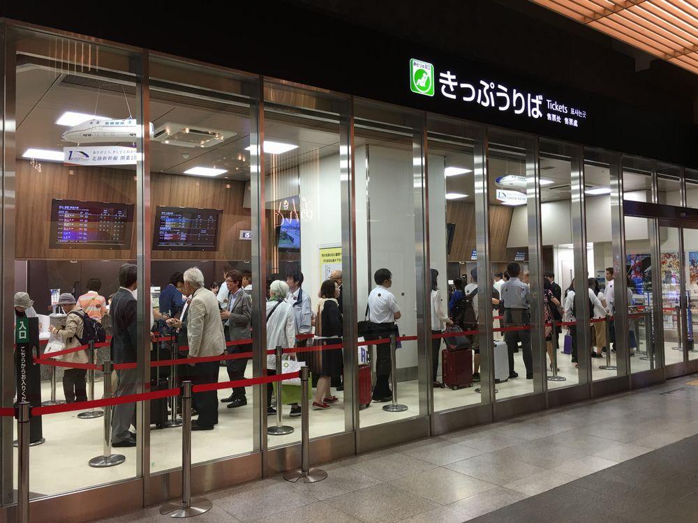金沢駅のみどりの窓口の行列