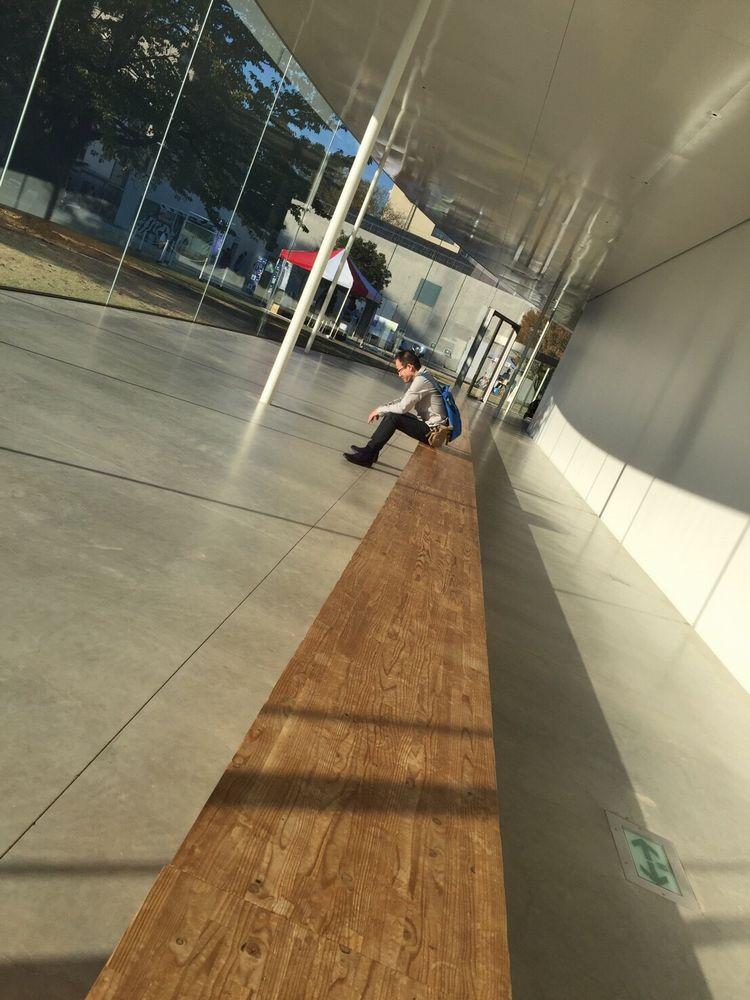 金沢21世紀美術館で人生に疲れた中年男性