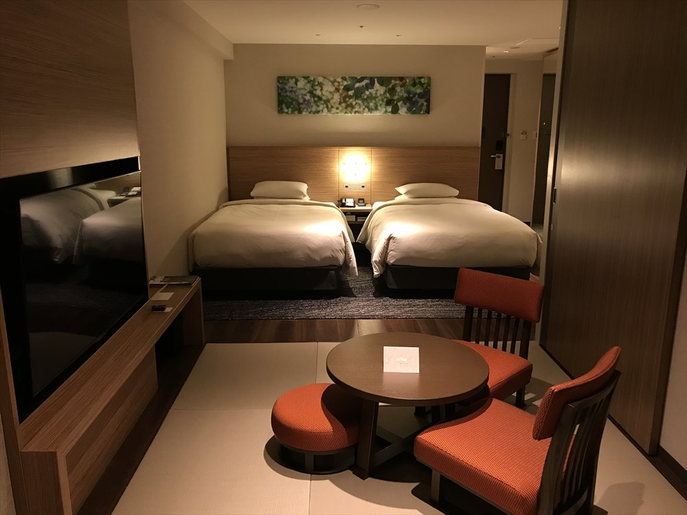 夜の軽井沢マリオットホテルのノースウィングのベッド側