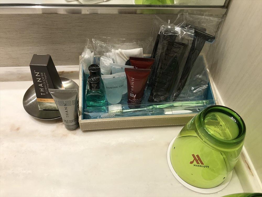 夜の軽井沢マリオットホテルのノースウィングの洗面所