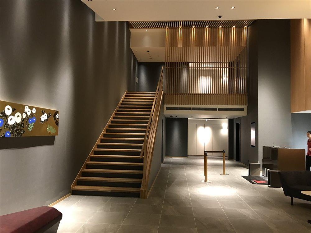 夜の軽井沢マリオットホテルのノースウィングのフロント