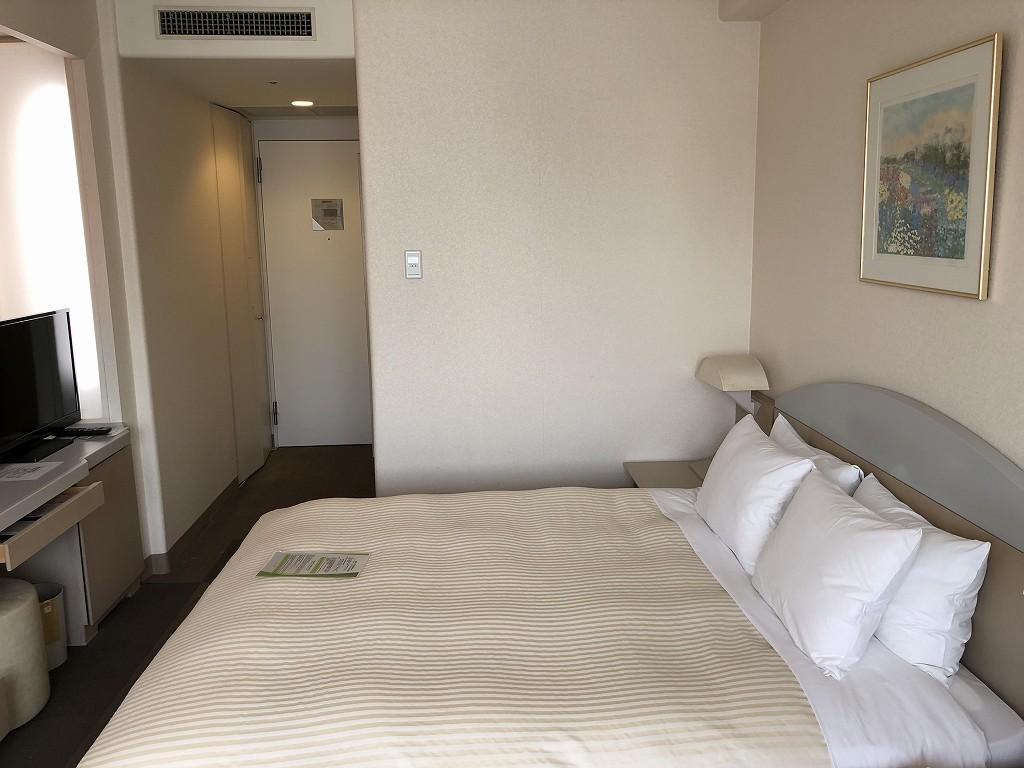 川越プリンスホテルのダブルルームC(ベッド側)1